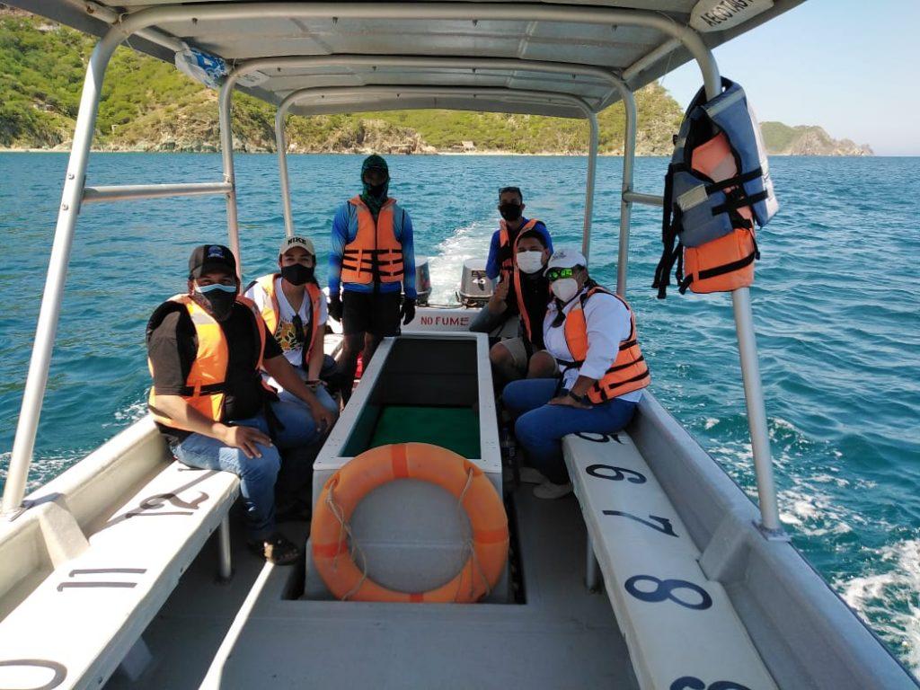 Funcionarios del MADS, Corpamag, de Parques Nacionales y Aecotag evaluando el paseo en la lancha con fondo de cristal.